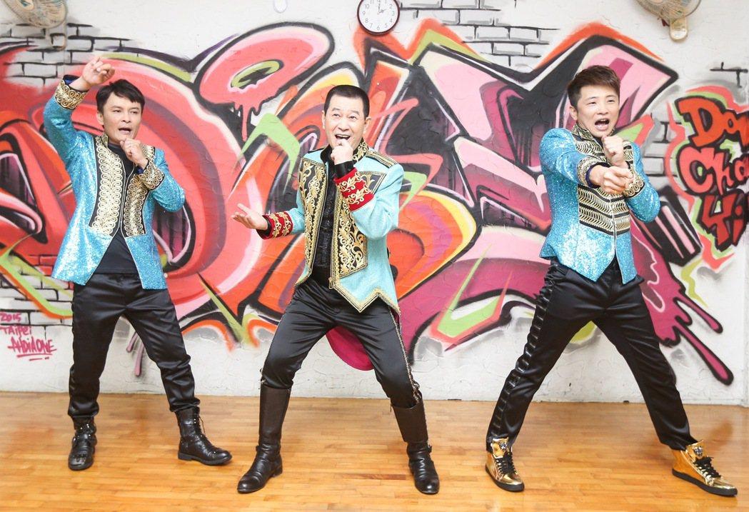歌手蔡小虎(中)與外甥莊振凱(左)、蔡佳麟(右)合組「老虎隊」,唱跳青蘋果樂園。