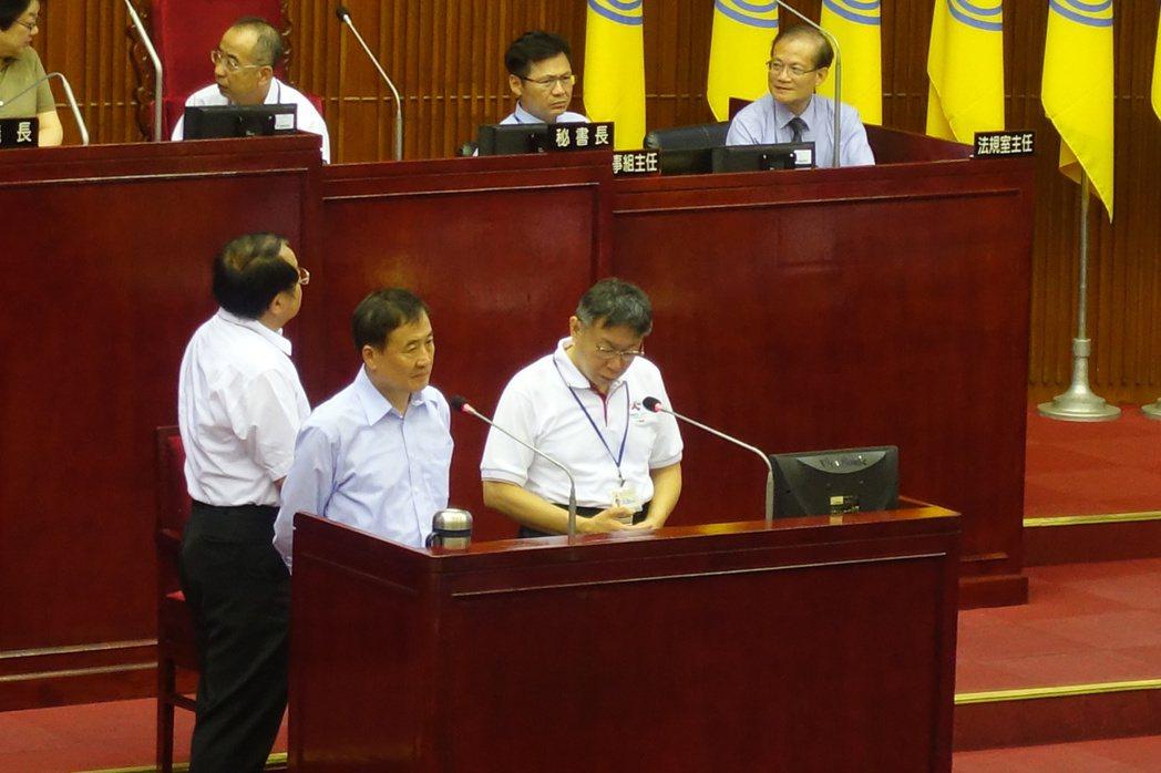 台北市議員梁文傑今在市政總質時再度爆料,指前總經理韓國瑜100年就任後,總計晉用...