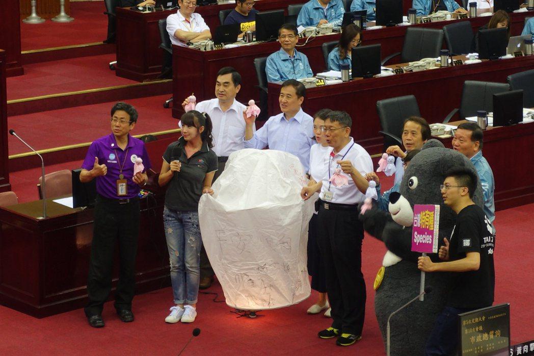 台北市議員許淑華今則在市政總質詢,特別準備天燈、晴天娃娃,強調市長應祈求「颱風不...
