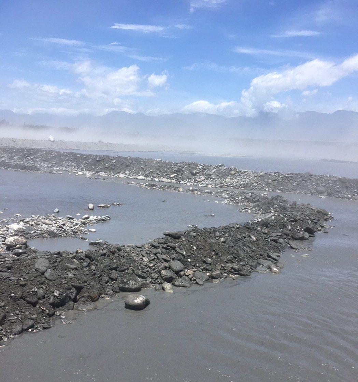 西南風發威,卑南溪床今天出現嚴重風吹砂。圖/台東縣環保局提供