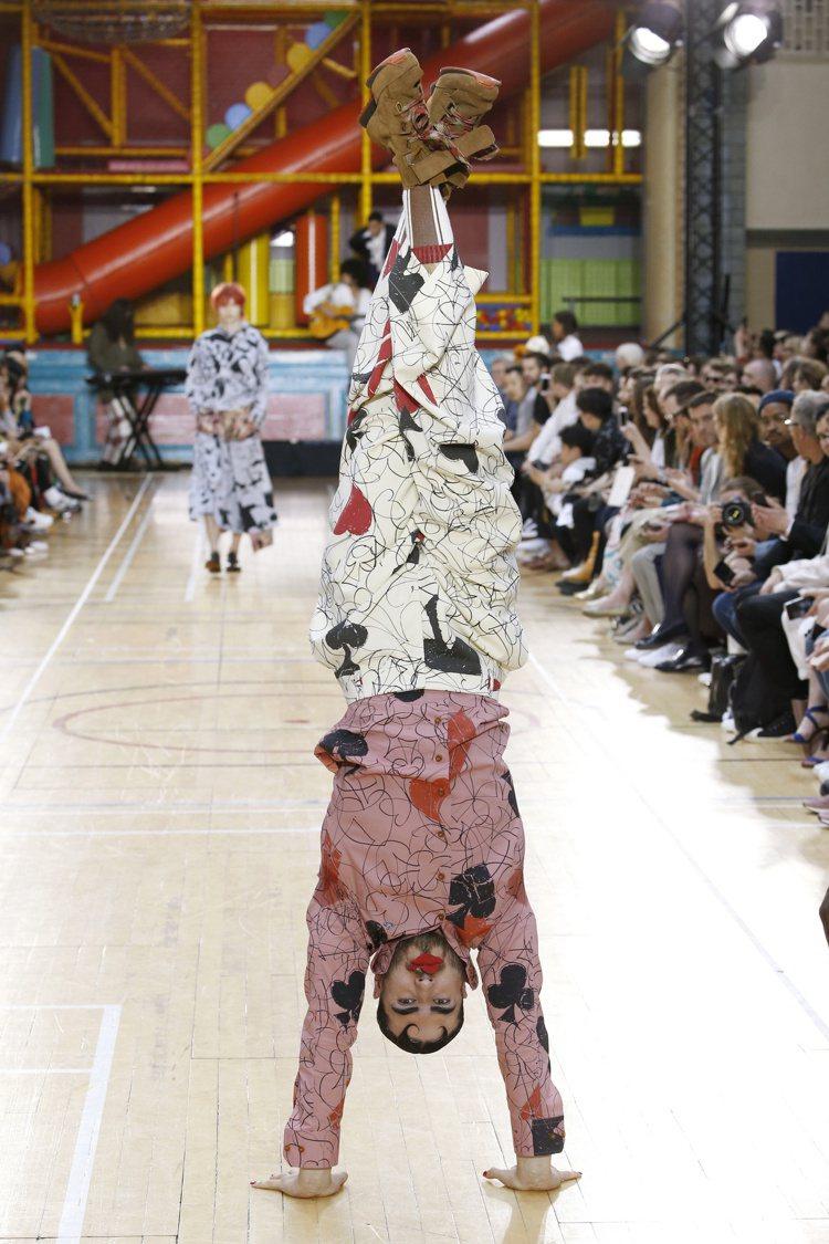 倒立的模特兒身上呈現的是撲克圖樣系列。圖/Vivienne Westwood提供
