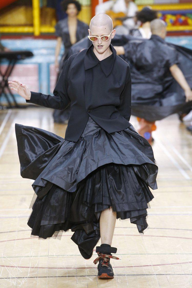 層疊交錯的裙襬是龐克教母的強項,相當帥氣。圖/Vivienne Westwood...