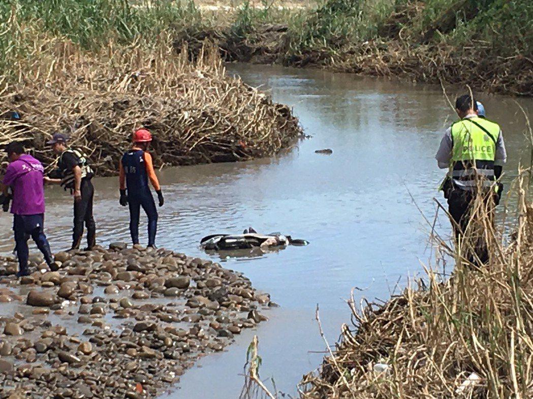 彰化縣消防局人員在大肚溪灌溉引道的便橋下,發現婦人被大水沖走的機車。照片/彰化縣...