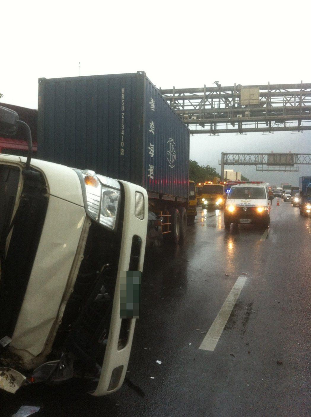 國道3號南下52.5k一輛大型拖板車疑因大雨視線不佳,撞向小貨車尾,導致小貨車當...