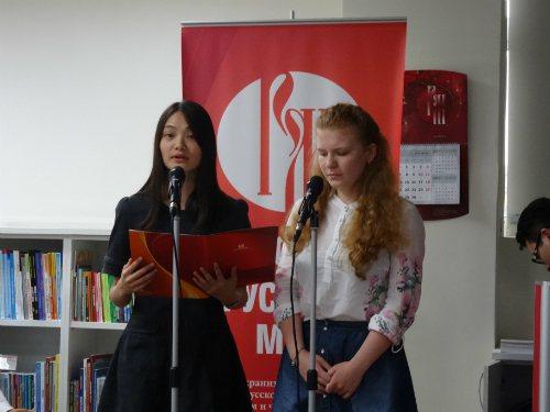 斯語系學生劉宛湘(左)與俄籍學生鳳曉明(右)朗誦席慕蓉詩作《為什麼》。圖/俄羅斯...