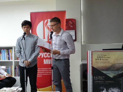 斯語系學生陳世偉(左)與央廣俄語組組長衛朗誦余光中《鄉愁》。圖/俄羅斯中心提供