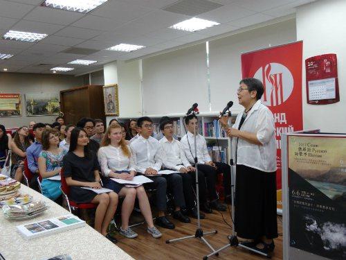 學生專心聆聽詩人席慕蓉(右)致詞。圖/政大斯語系提供