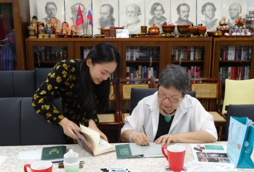 斯語系學生邱筠芳會後請詩人席慕蓉簽名。圖/俄羅斯中心提供