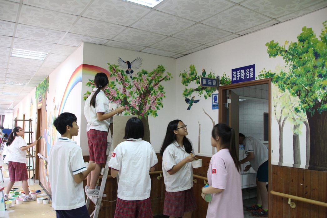 桃園市八德國中美術班學生,為八德殘障教養院彩繪宿舍。記者許政榆/攝影