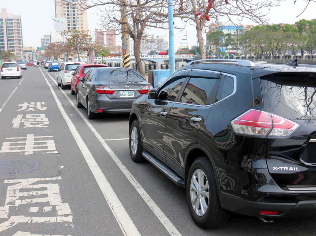 安平路位在台南運河北側,數公里長路邊常停滿車輛。記者周宗禎/攝影