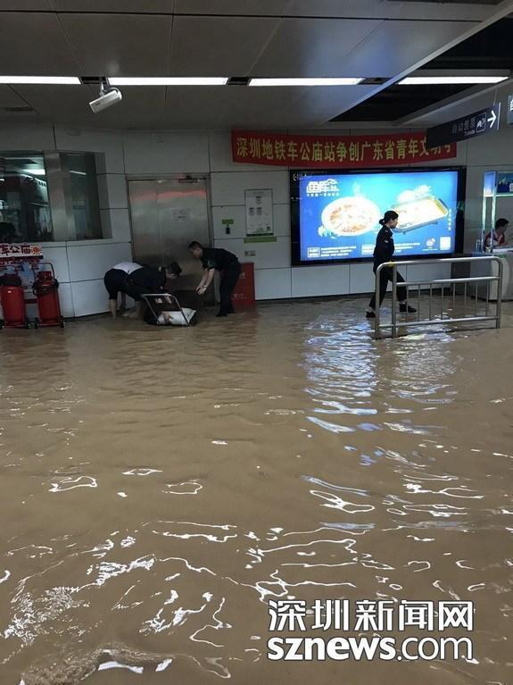 颱風「苗柏」為深圳帶來強降雨,導致站內積水一度淹過腳踝,地鐵甚至因此暫時關閉。圖...