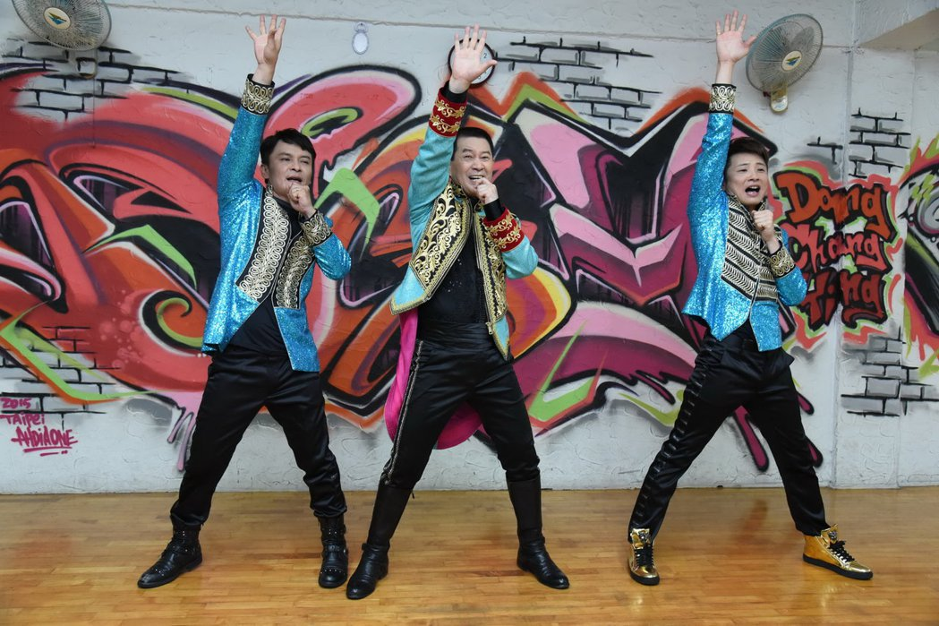 蔡小虎率外甥莊振凱、蔡佳麟三人合組「老虎隊」。圖/翔彩儀唱片提供
