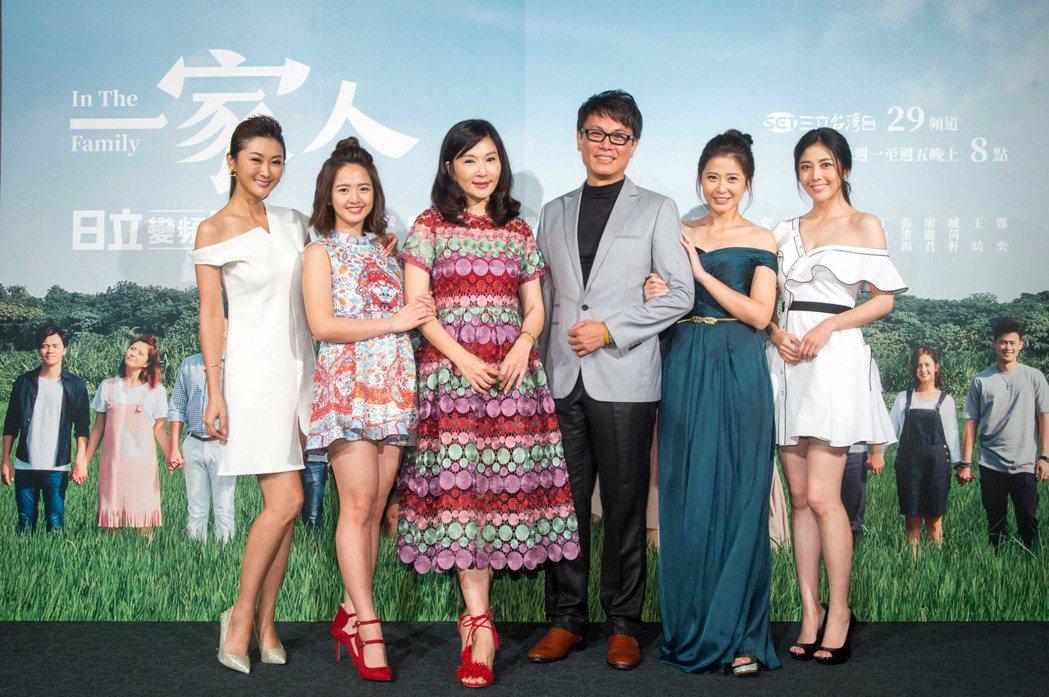 陳珮騏(左起)、臧芮軒、張玉嬿、陳霆、李燕、韓瑜出席「一家人」首映。圖/三立提供