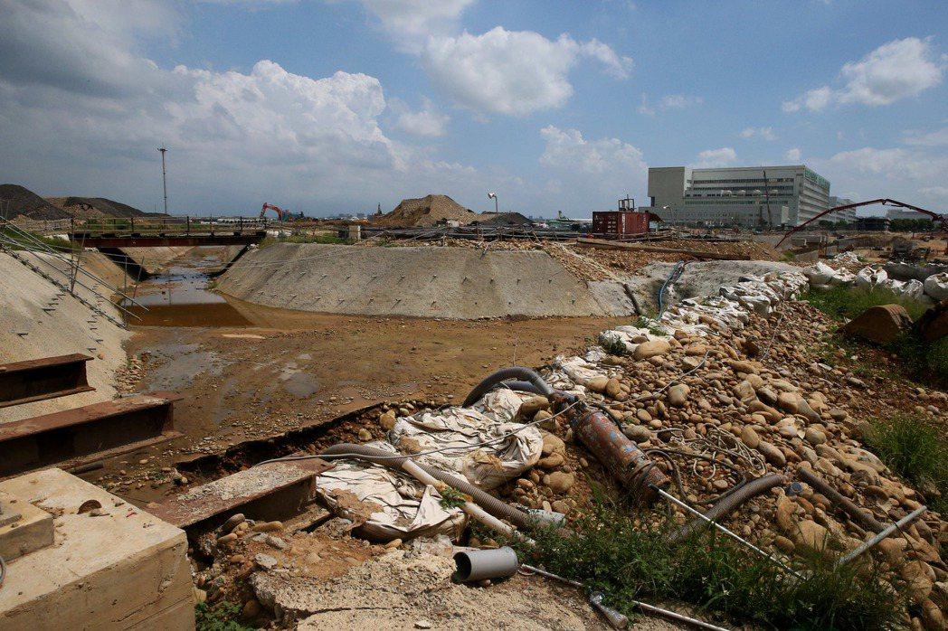 汛期將屆,桃園機場公司防汛工程已經完成南側H幹線雨水排水道1點7公里,加大排水箱...