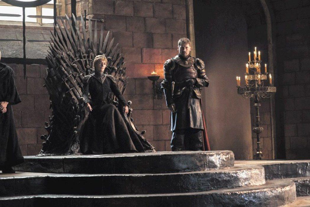 瑟曦坐上鐵王座,深愛她的詹姆仍不離不棄。圖/HBO提供