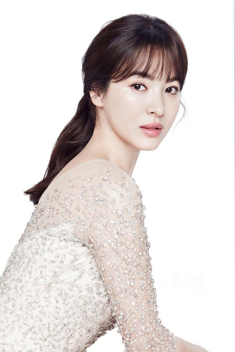 韓式底妝的水晶澄澈透亮感,在氣墊粉霜外盒也能感受得到。圖/蘭芝提供