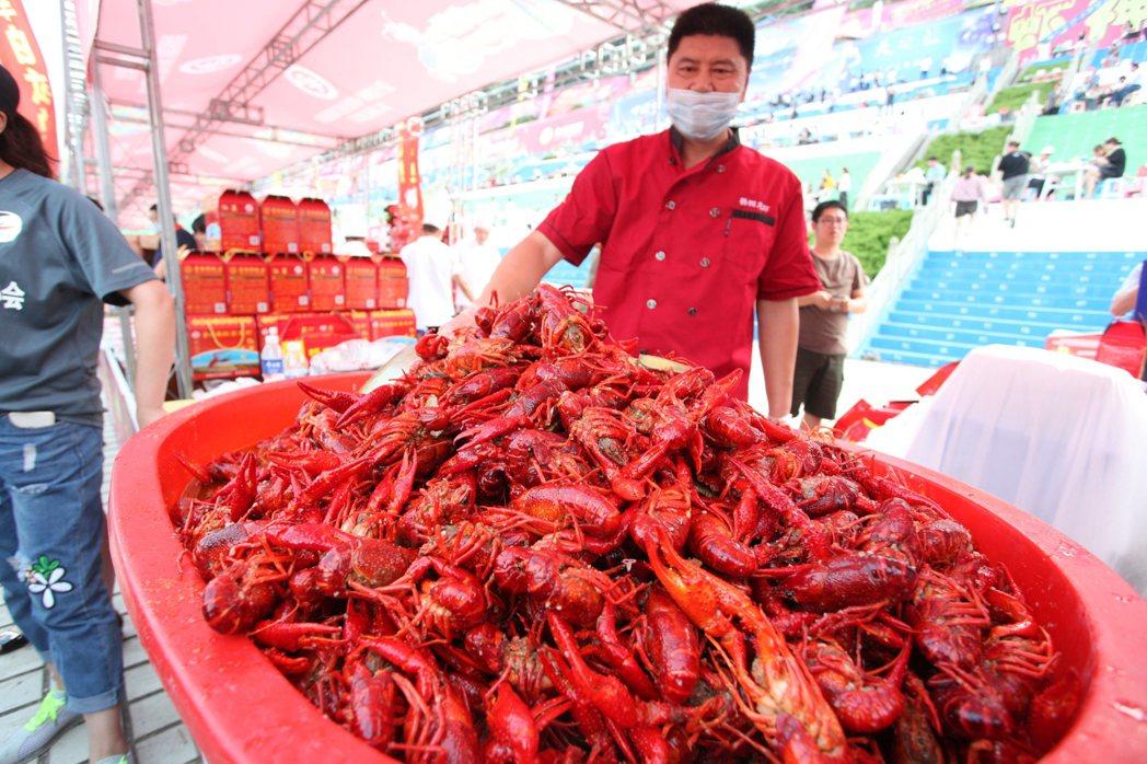 盱眙萬人龍蝦節一晚就吃掉35噸小龍蝦十分驚人。記者劉學聖/攝影