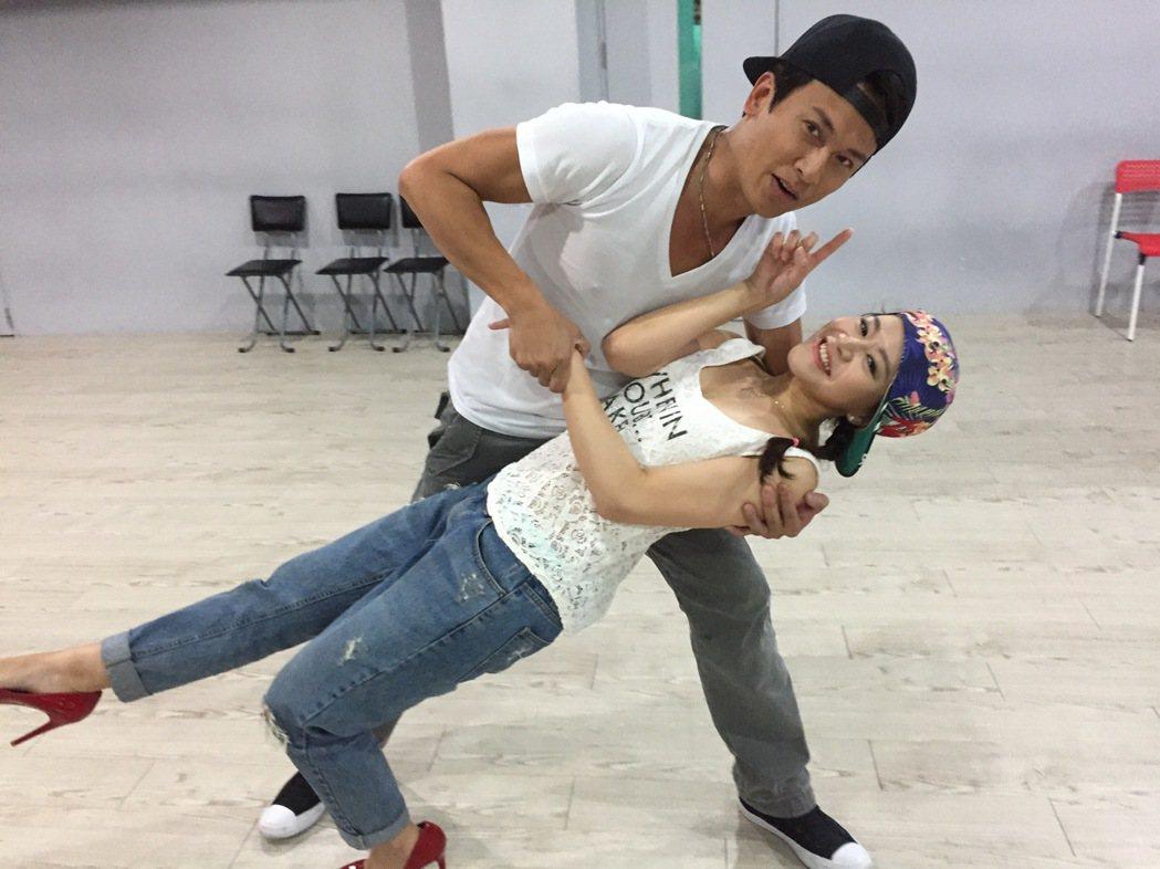 王建復和楊蒨時(下)為民視台慶練舞。圖/民視提供
