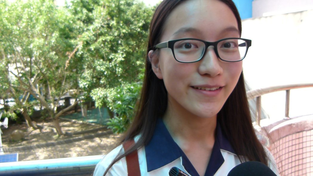 育達高中許景筠畢業獲市長獎,她繁星錄取台大獸醫,樂觀進取。記者鄭國樑/攝影