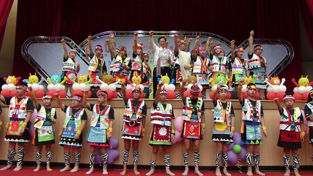 林森國小承辦市長獎表揚合影,融合原民舞蹈還利用美勞課設計服裝。記者鄭國樑/攝影