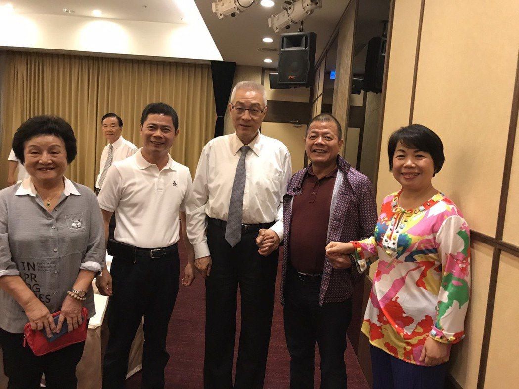 國民黨主席當選人吳敦義(中)到台中謝票。圖/讀者提供