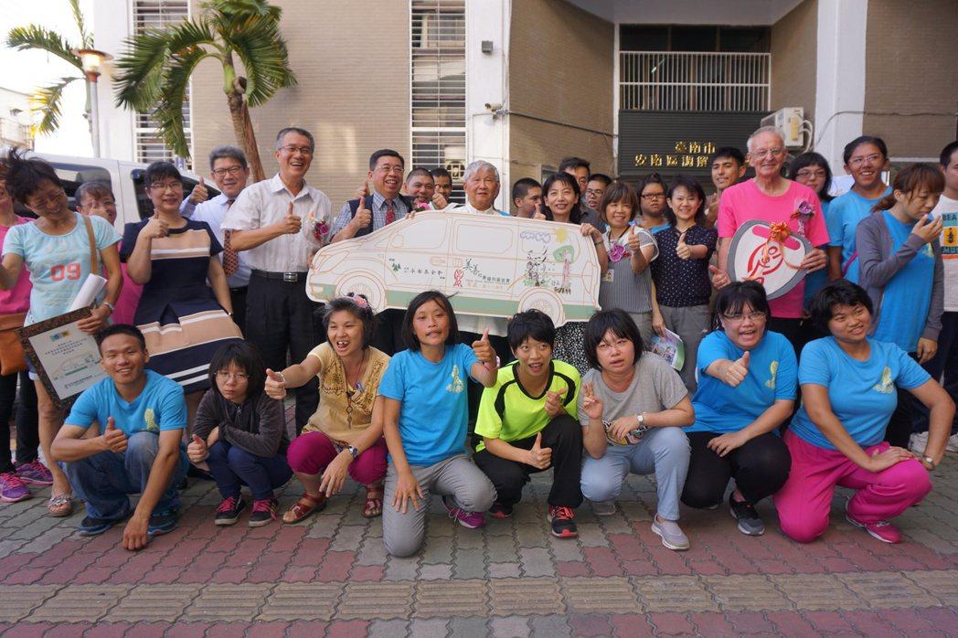 台南紡織董事長侯博明以「侯永都基金會」捐百萬交通車給美善基金會。圖╱台南紡織提供
