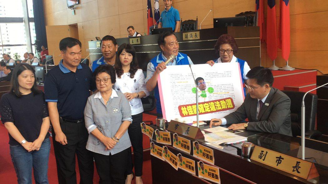 國民黨議員圍著市長林佳龍(右一),質疑違法助選。林佳龍回應這他的人權! 記者陳秋...