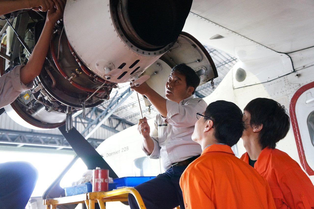 桃園方曙工商飛機修護科年年滿招,學生多數升科大,畢業後到華航、長榮航空當飛機修護...
