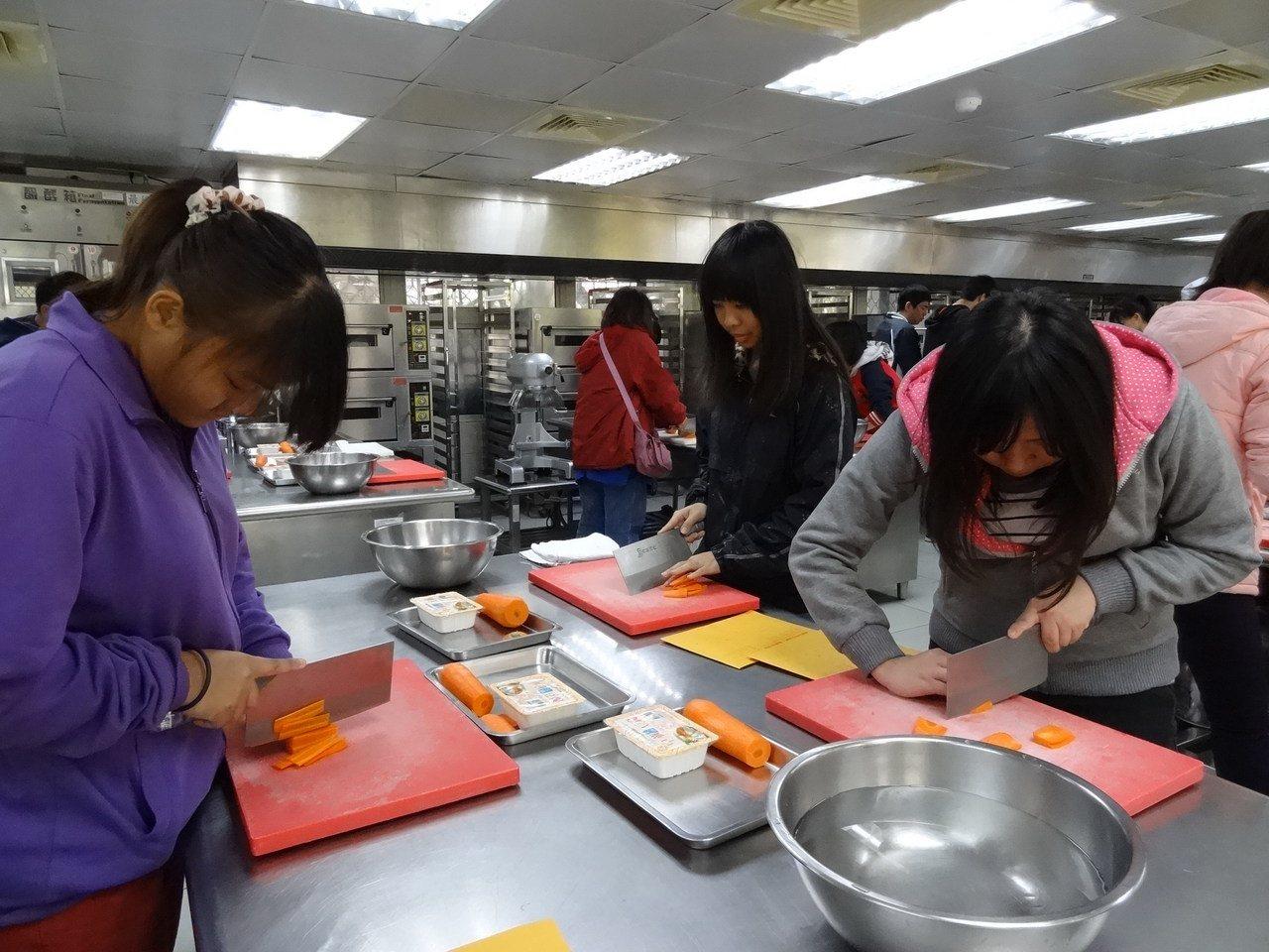 中山工商餐飲科開異國料理班,年年滿招,術科考試考紅蘿蔔切絲。圖/中山工商提供。