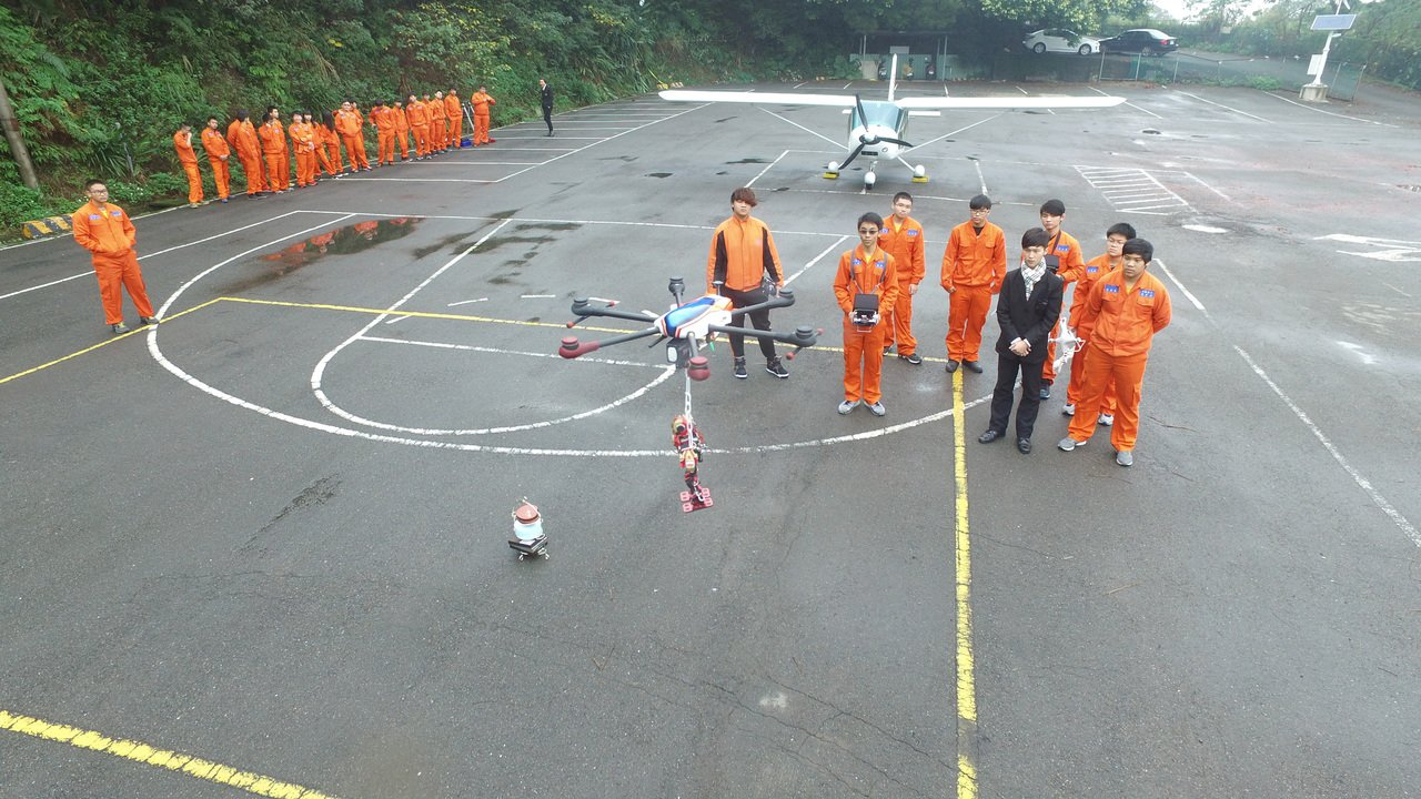 桃園方曙工商飛機修護科今年設無人機特色班,學生要學會組裝、維修、製造、操作空拍、...