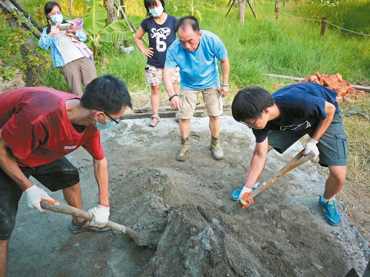 「灶窯」工程的初期,地方社區的莊兆華先生(中間藍衣者)來教沺源青們攪水泥,補強基...