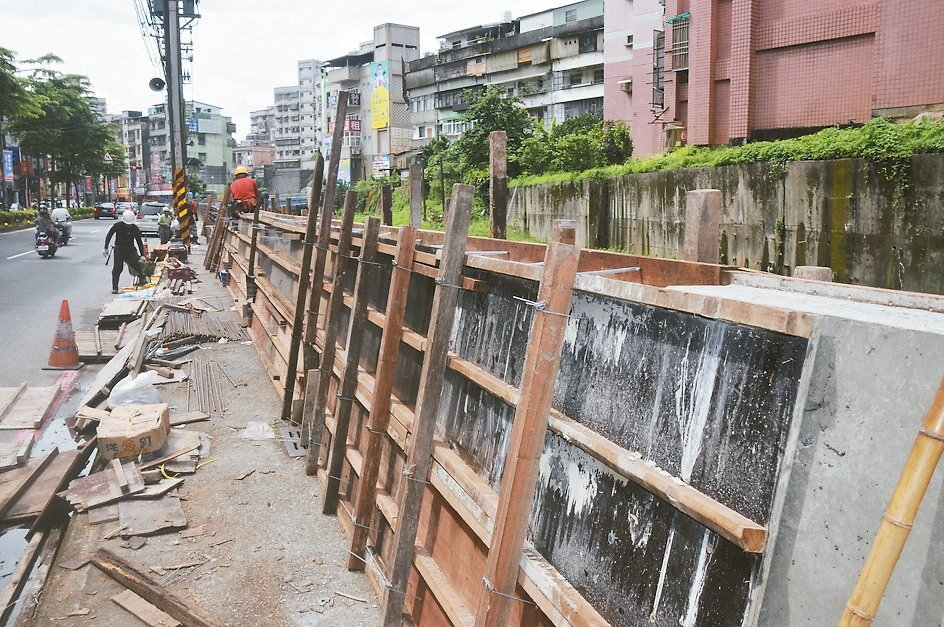 大雨又要來,基隆市政府在武崙溪設置防洪牆,高1米2,防堵溪水暴漲。 記者游明煌/...