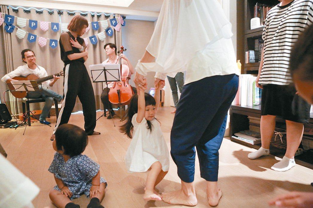 台北表演藝術中心推出「藝術家來敲門」,針對家中有12歲以下小孩的家庭,規劃音樂、...