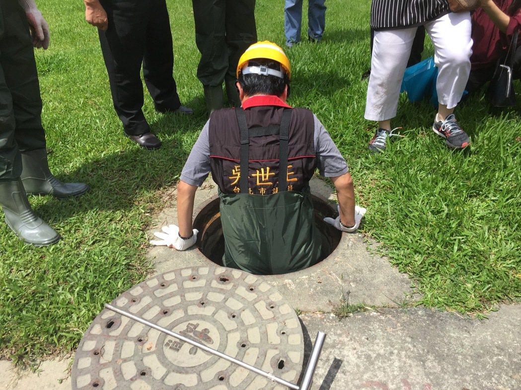 市議員吳志剛吳志剛昨穿青蛙裝,在水利處、環保局人員陪同下,視察靠近捷運港墘站附近...