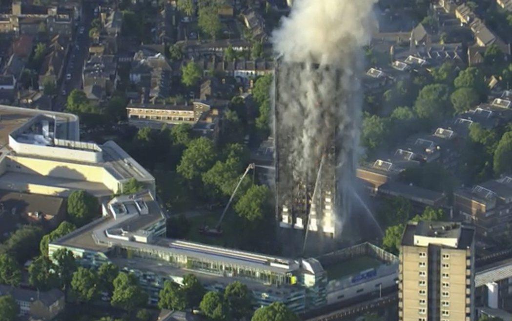 倫敦西區格倫菲大樓14日凌晨發生大火。美聯社