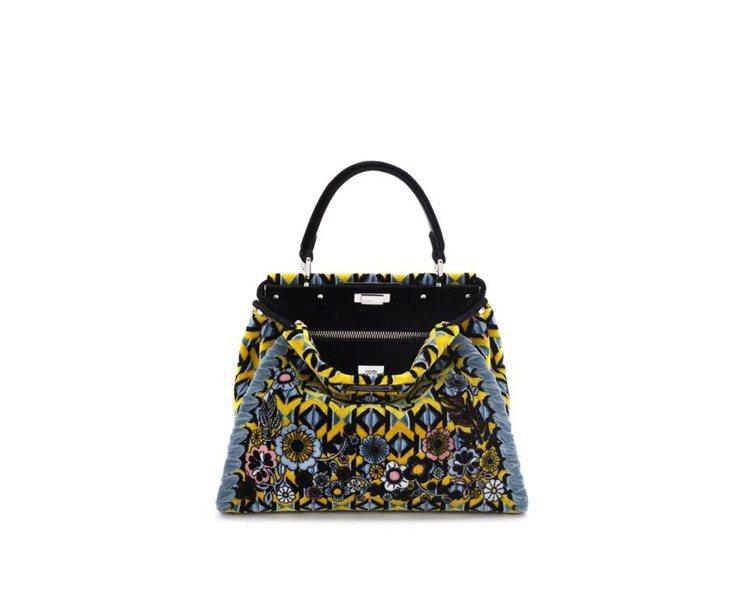 Peekaboo系列法蘭絨刺繡肩背包,售價31萬6,000元。圖/FENDI提供
