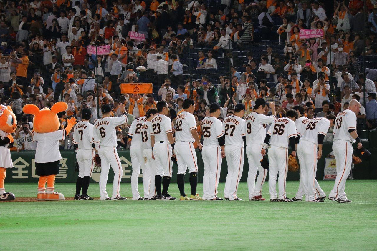 2017年日本職棒中央聯盟與太平洋聯盟交流戰,巨人對軟銀三連戰取得前兩戰勝利後,...
