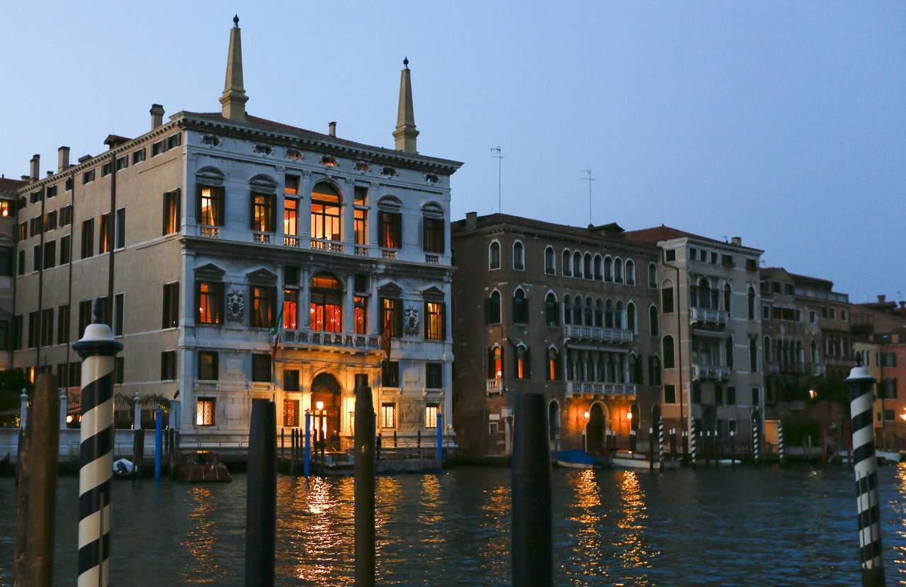 威尼斯大運河旁的阿曼飯店及其四周均是歷史建築,好萊塢巨星喬治庫隆尼即是在阿曼飯店...