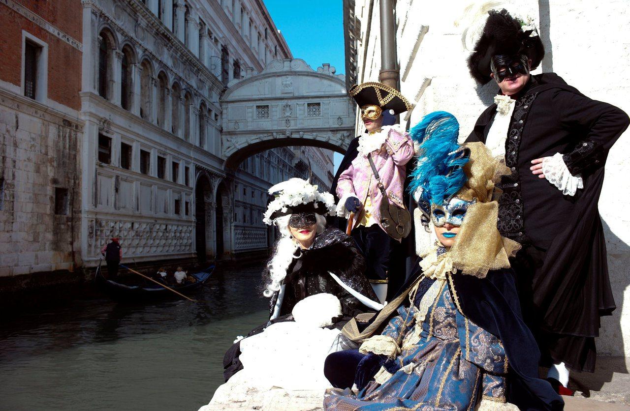 許多觀光客會挑選面具嘉年華節舉行時,前往威尼斯遊覽。 路透