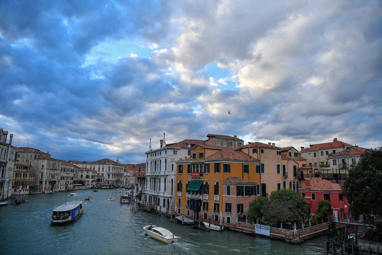 放眼望去,威尼斯運河兩旁似乎只見飯店,沒有一般住家。 歐新社