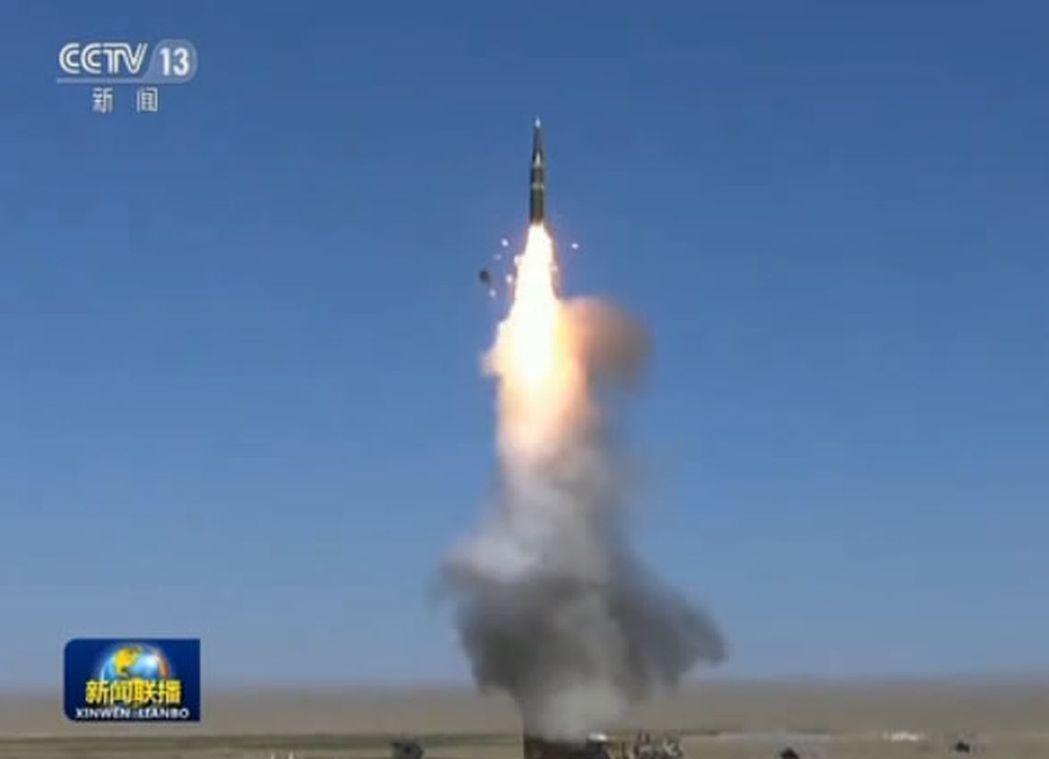 裝備有東風21C的一支火箭軍導彈旅近日在戈壁荒灘和山地叢林進行導彈發射。(央視截...