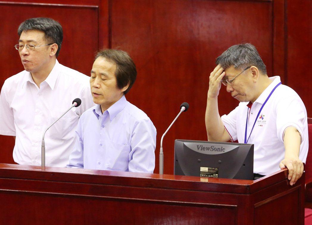 市長柯文哲(右)無奈猛抓頭。聯合報系資料照/記者徐兆玄攝影