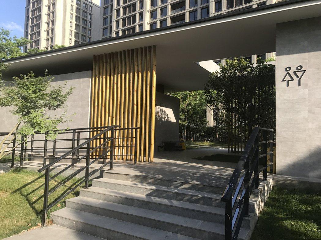 上海首個無性別公共廁所去年底在浦東推出,但由於地點隱密,使用者大多以附近居民和建...