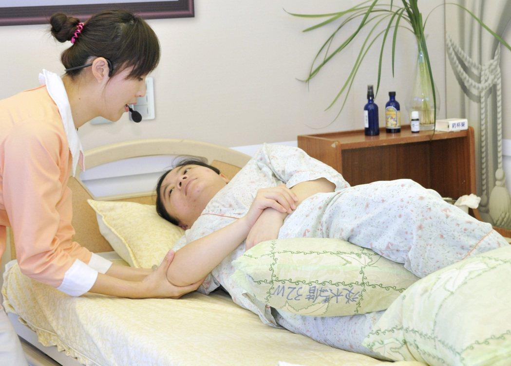 安寧病房中,護理人員幫患者翻身。 本報資料照片