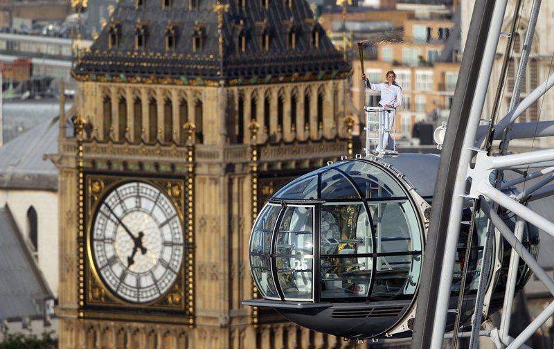 英國少女登上倫敦眼傳遞倫敦奧運聖火。 (來源:https://www.yahoo...