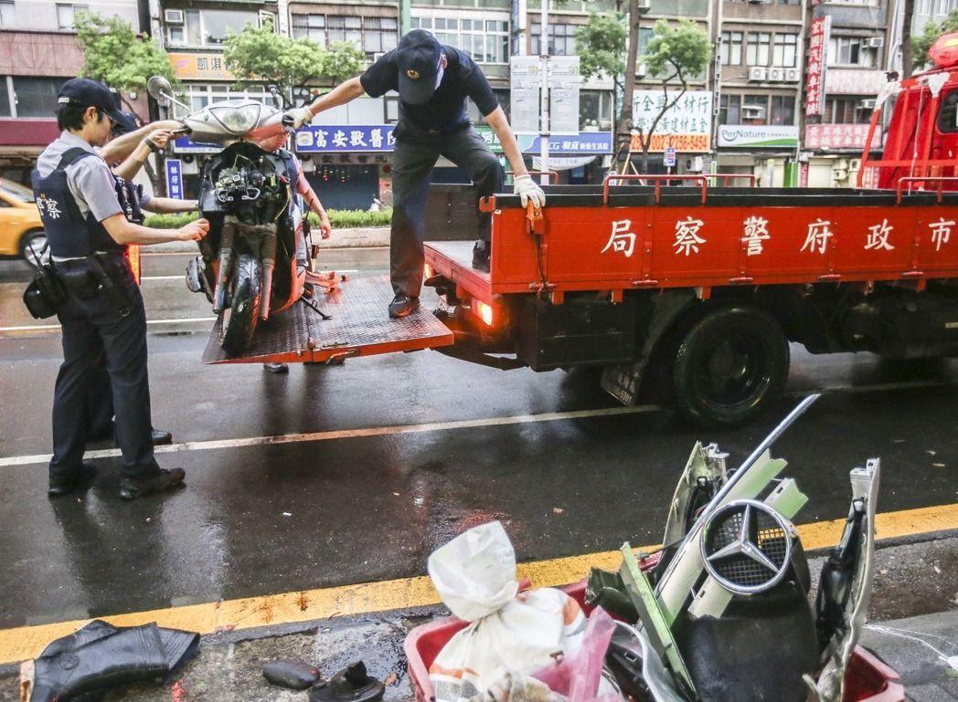 機車騎士被撞致重傷,右腳小腿斷肢,現場已無呼吸心跳,送醫急救仍宣告不治,而機車嚴...