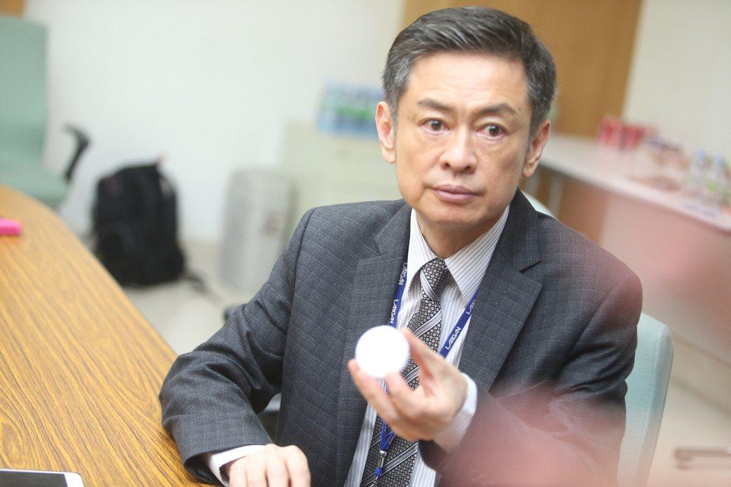 大立光執行長林恩平在記者會展示投資生產的睡眠分析器。記者黃仲裕/攝影