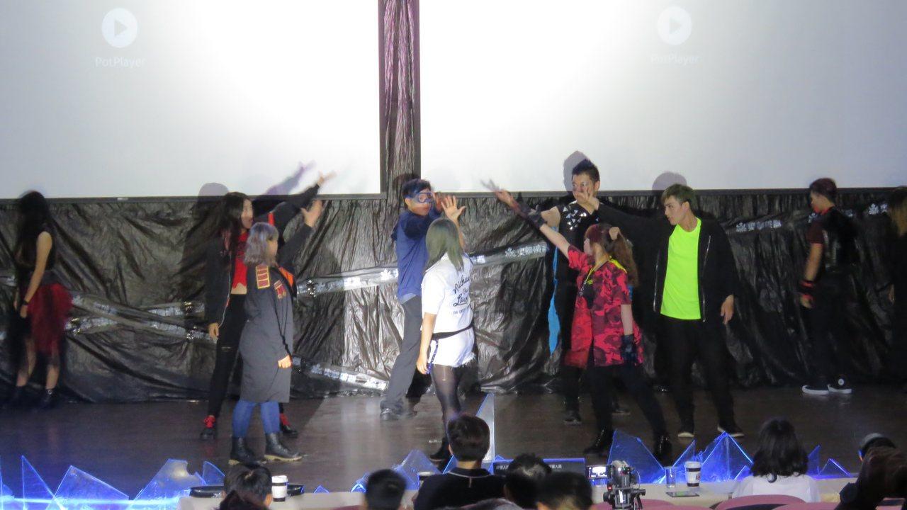 台東大學數媒系學生輪番上台演出,擊破學生對學校處室的刻板印象。記者潘俊偉/攝影