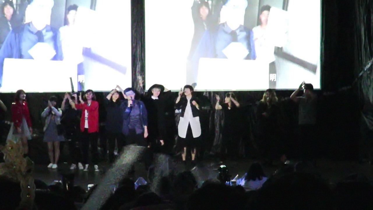 數媒系大二學生上台演唱自己創作的歌曲,讓台下觀眾連連稱讚。記者潘俊偉/攝影