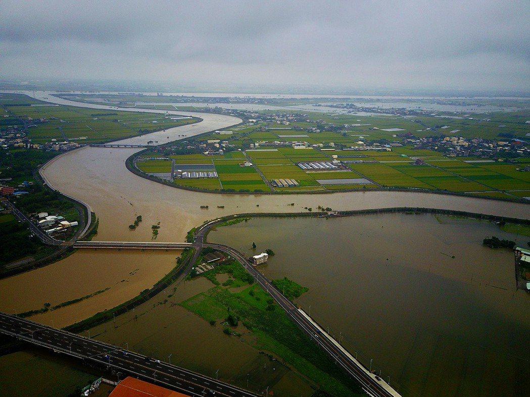 6月2日第一波梅雨鋒面帶來超大豪雨,造成跨雲嘉兩縣北港溪水系低漥地區淹水災情,連...